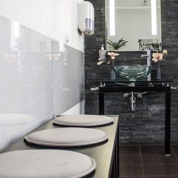 Femme Motion - Fitnessstudio in Villach - Umkleidebereich mit Dusche, garderobe, Fön, Waschbecken und Toilette 03