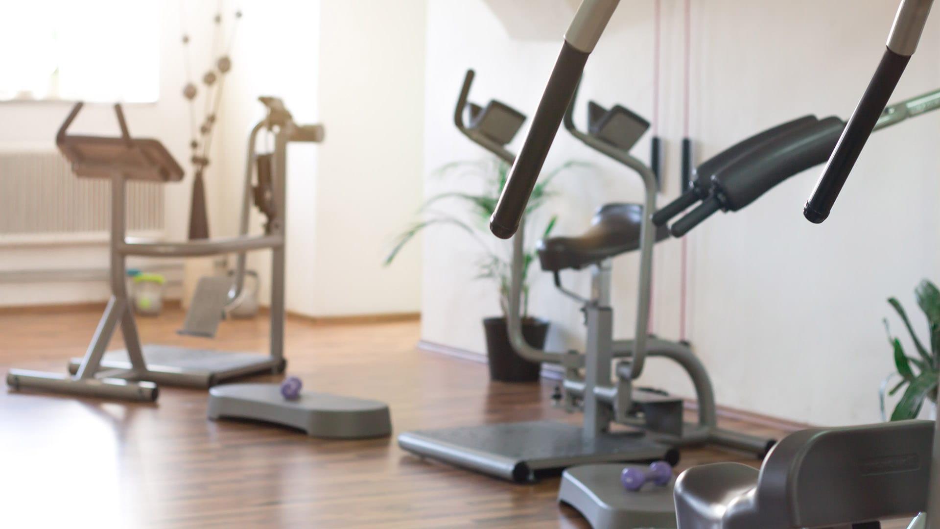 Femme Motion - Fitnessstudio in Villach - Zirkeltraining unsere modernen Geräte im Sonnenschein